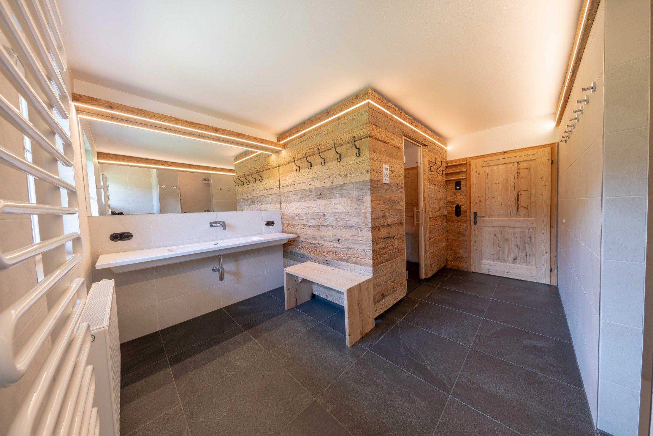 Badezimmer mit Sauna im ersten Obergeschoss