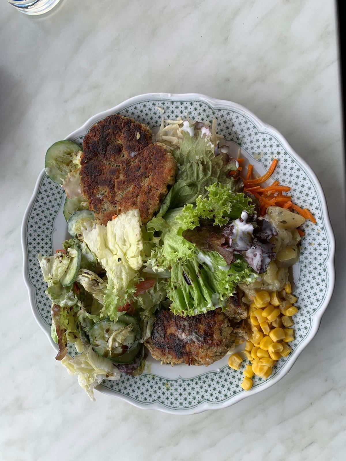 Salat mit Pressknödel