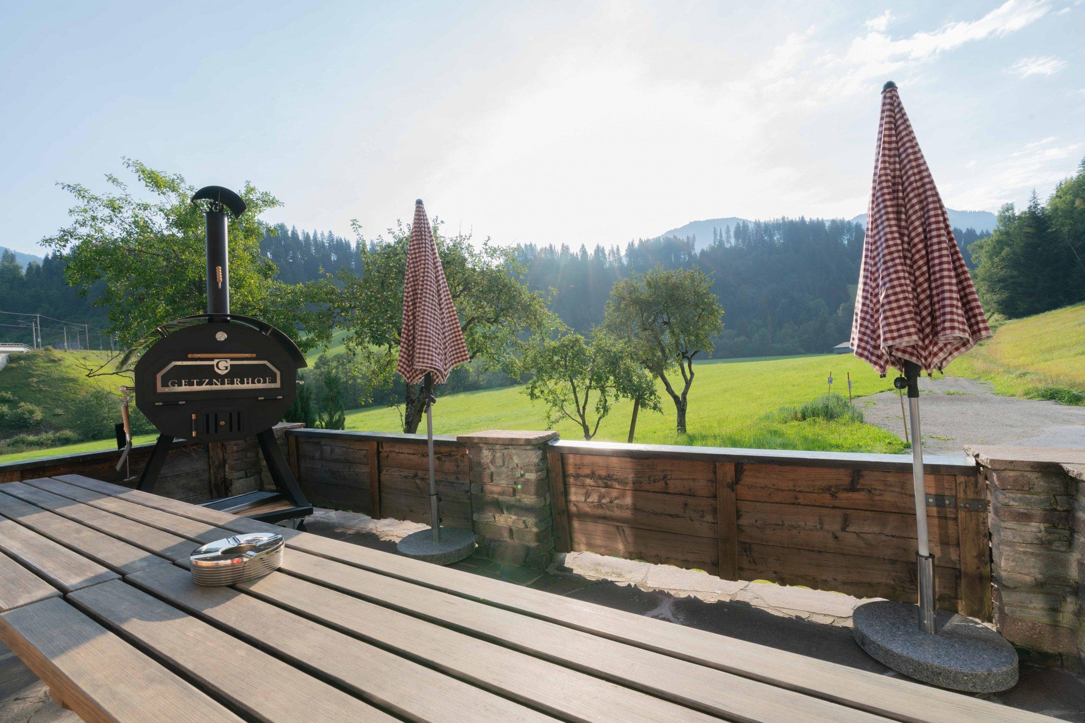 Blick von der Terrasse mit Grill