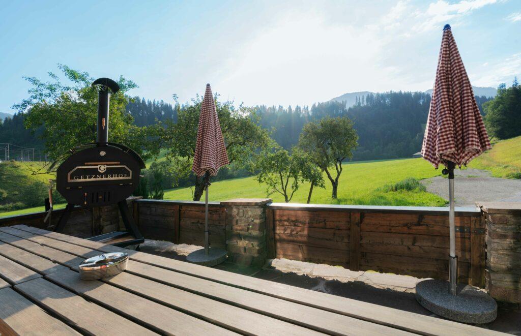 Terrasse mit großem Grill am Getznerhof